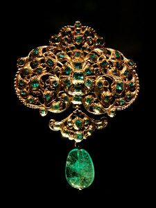 450px-Spanish_jewellery-Gold_and_emerald_pendant_at_VAM-01