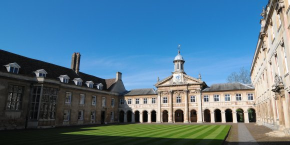 Cmglee_Cambridge_Emmanuel_College_Front_Court