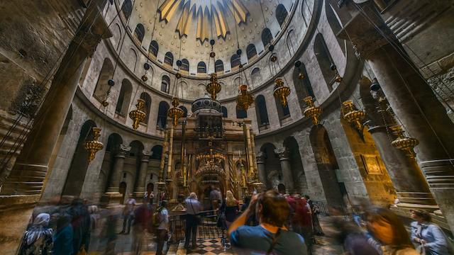 videoblocks-pilgrims-at-the-church-of-the-holy-sepulchre-in-jerusalem-4k-time-lapse_sgz21h1jqf_thumbnail-full01